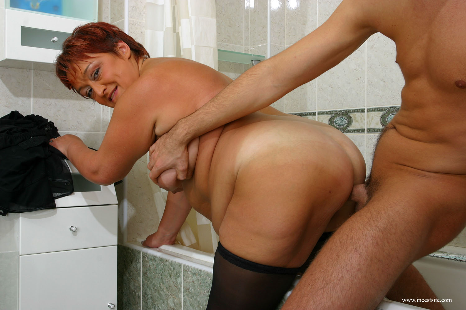 08_chubby-mother-washing-her.jpg