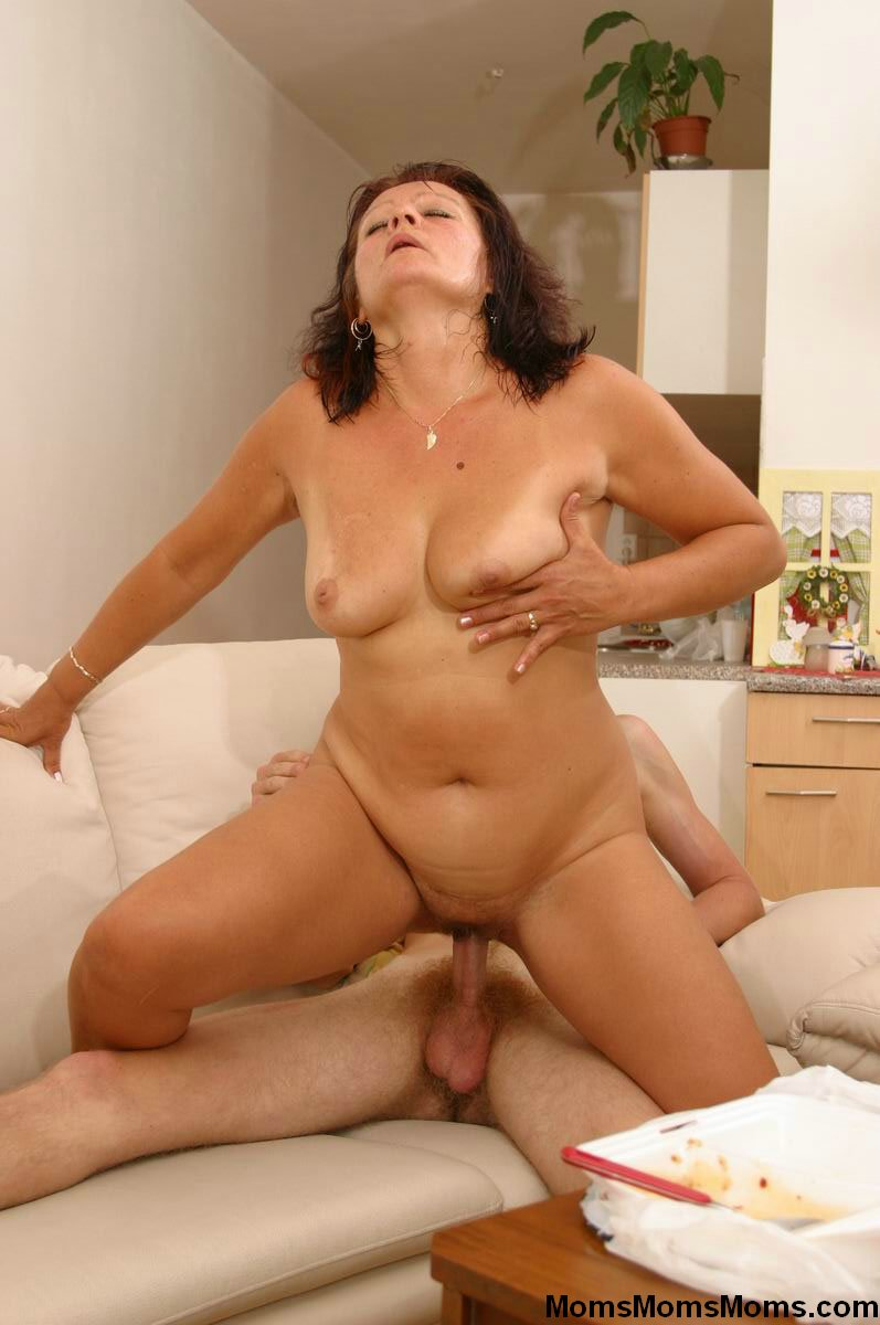 Amateur milf seduces xxx almost caught the 1