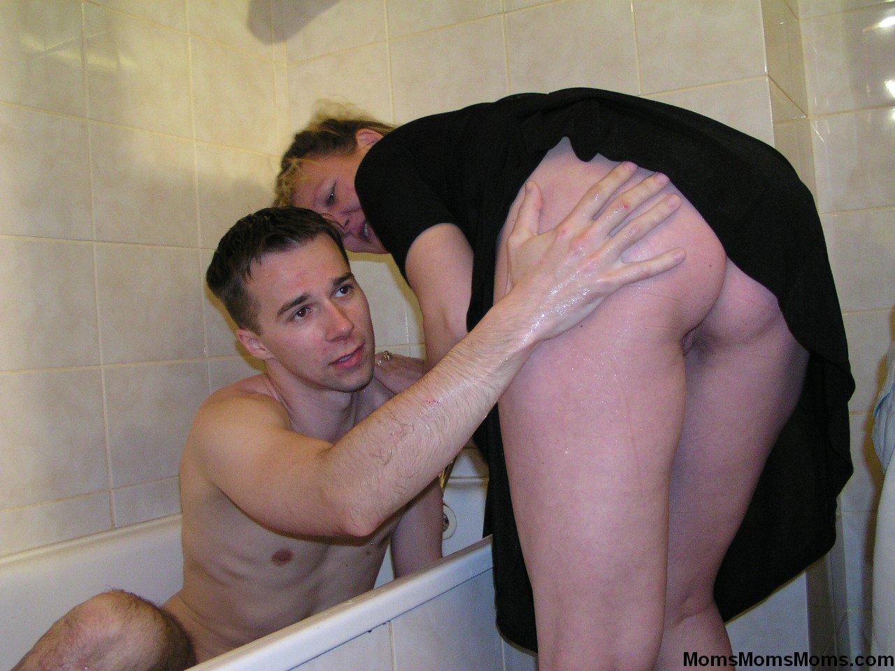 Секс с своей мачехой в ванне 7 фотография