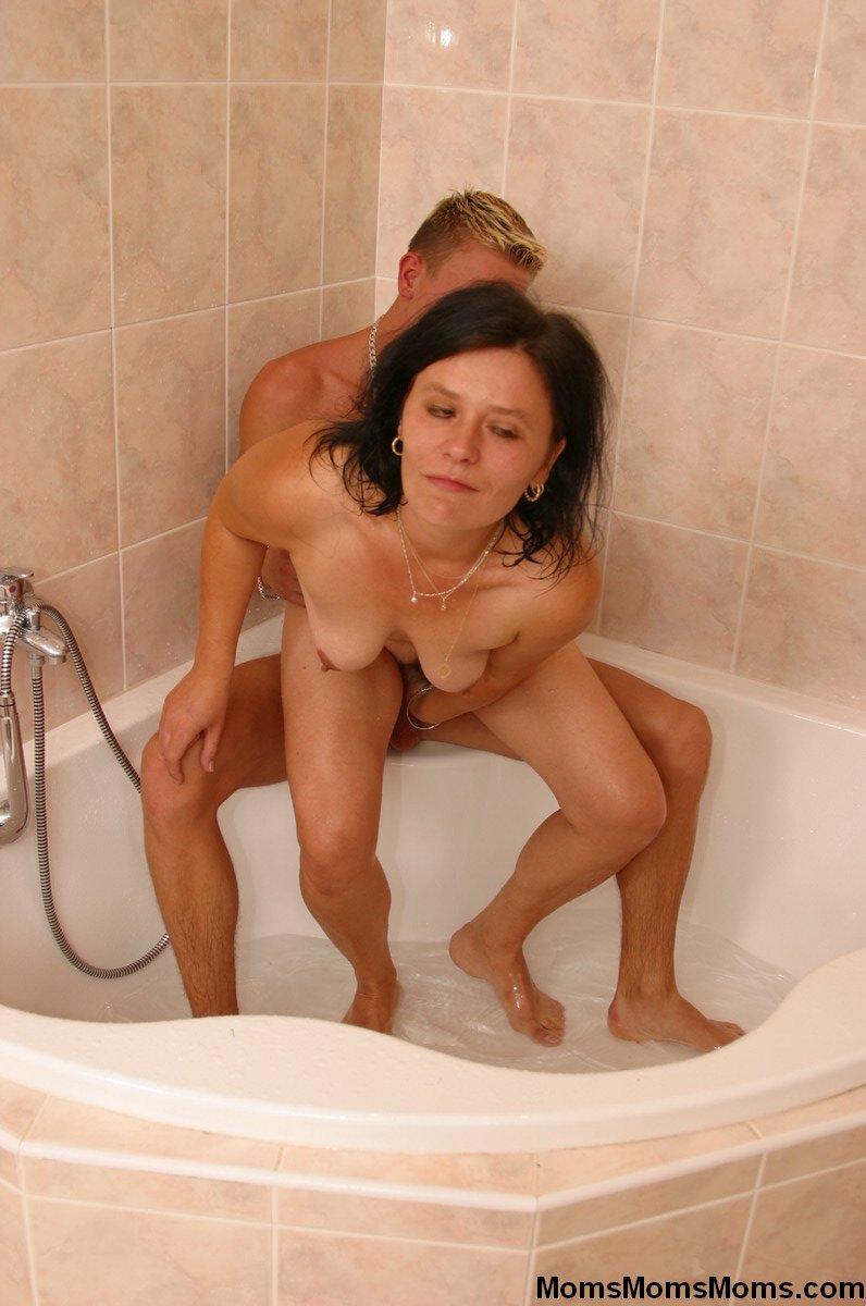 Порно зашел к маме в ванну