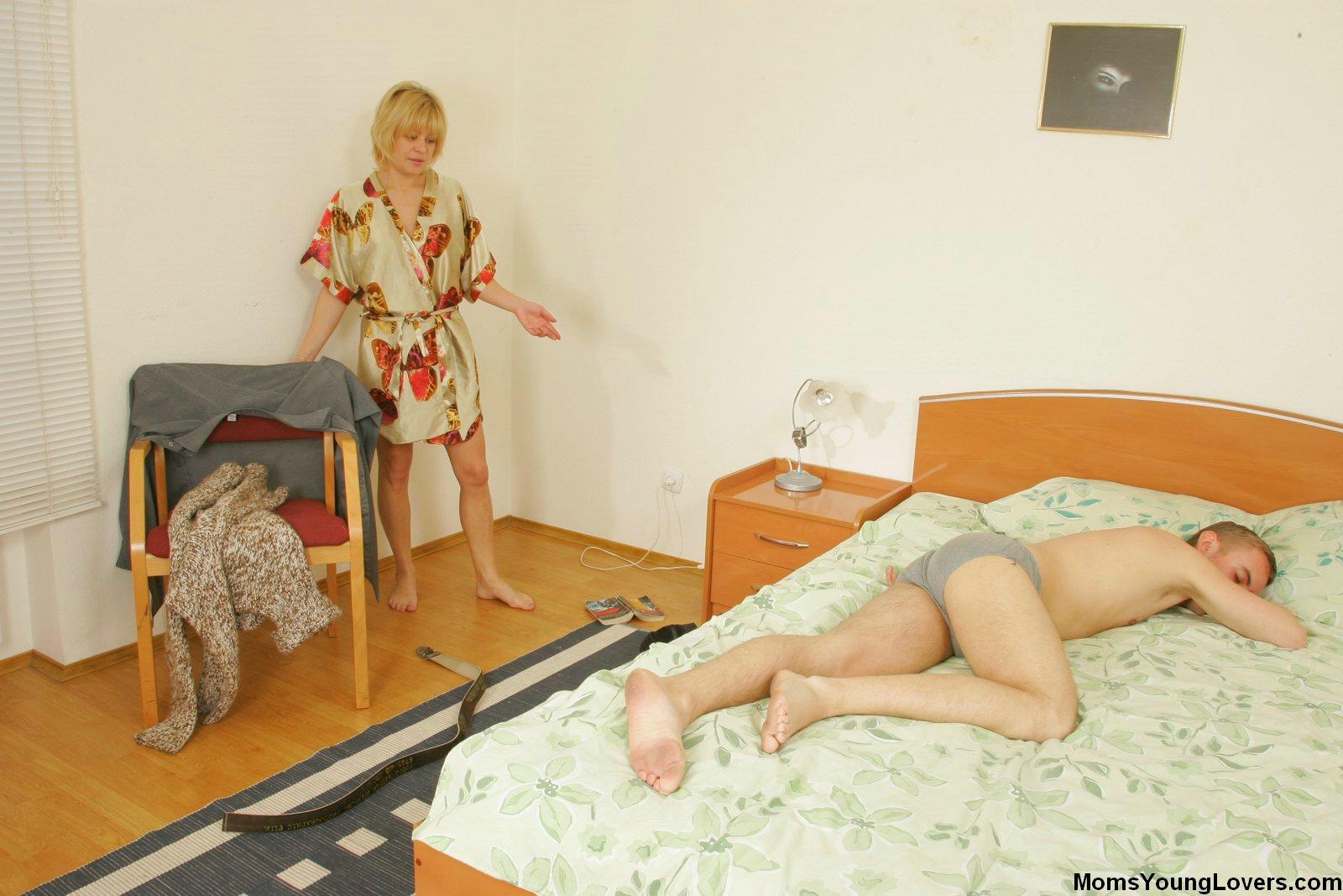 Син застукав маму за дрочкой в ванне й пресединивса 6 фотография