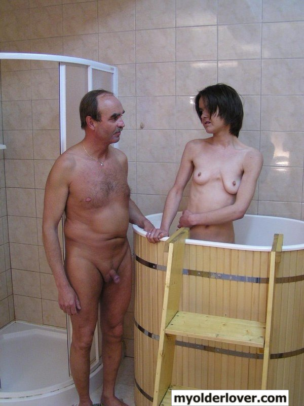 Сестра и брат моются в бане