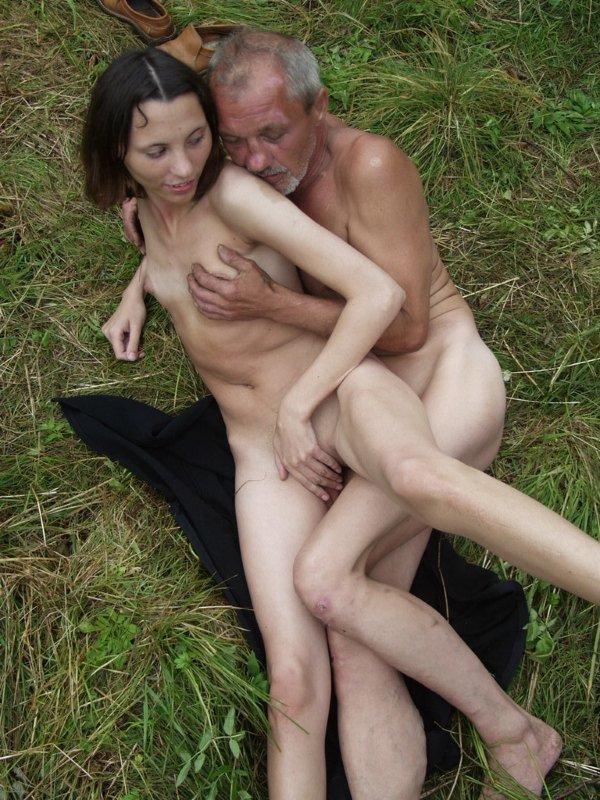 seks-bomzhey-v-lesu